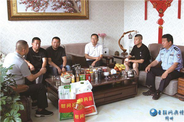 代县县委常委、政法委书记曹玉祥看望慰问因公负伤民警和禁毒社工