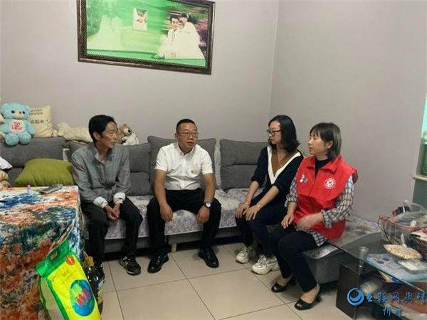 """曲靖市麒麟区民政局开展""""幸福来敲门""""扶贫帮困公益活动"""