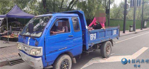 岢岚交警接到举报电话 查获一起三轮车违法载人行为