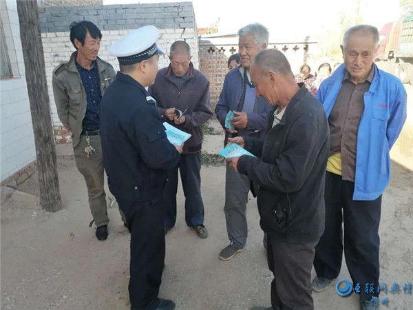静乐交警大队深入辖区农村开展交通安全宣传活动