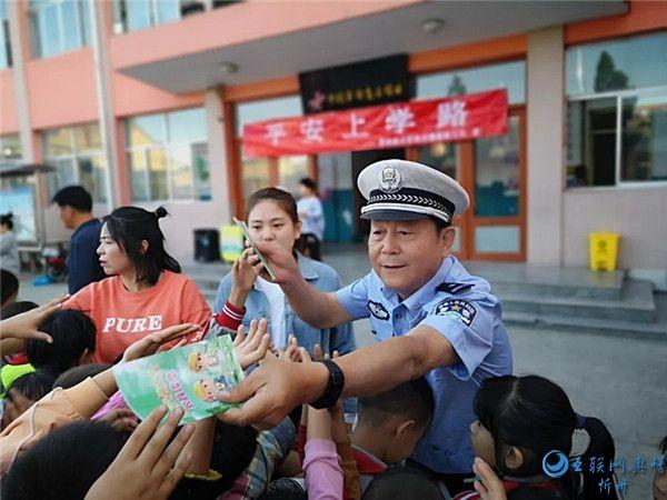 繁峙公安交警为中小学生上好开学交通安全第一课