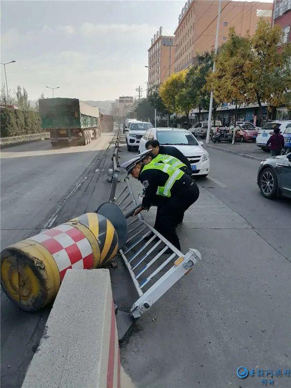 保德交警及时修复护栏 消除交通安全隐患