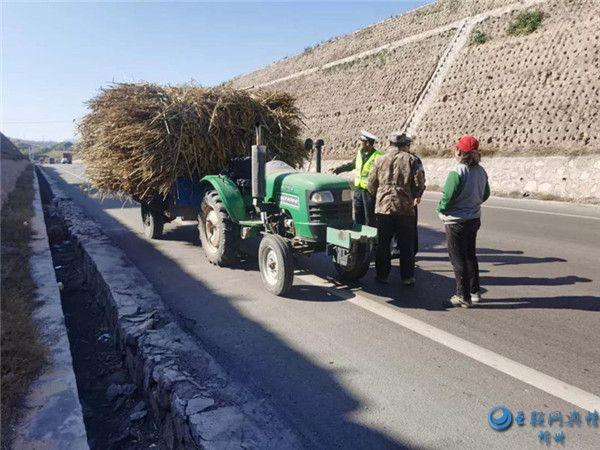 岢岚:拖拉机满载草料还坐人 驾驶员安全意识令人忧