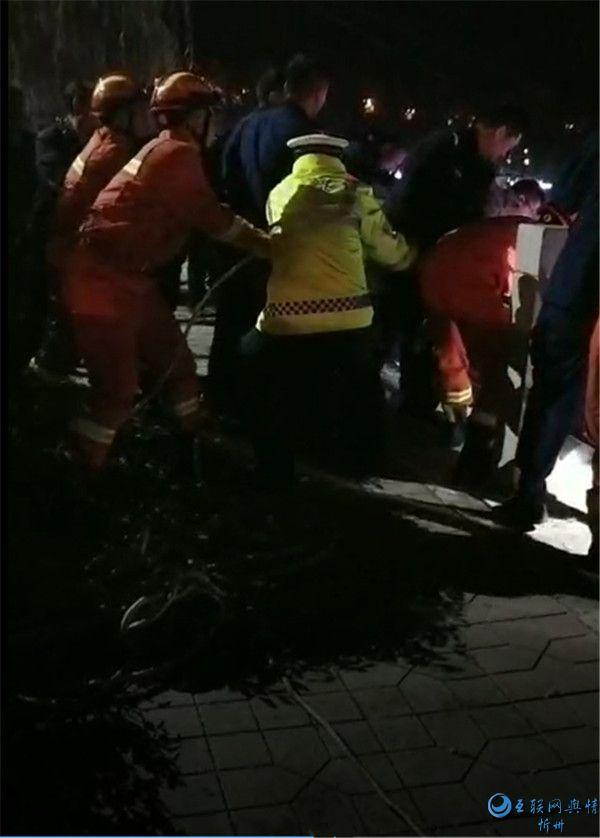 交警正能量丨岢岚交警紧急救助落水群众