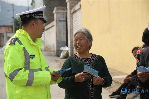 """神池交警深入农村开展""""一老一小""""交通安全宣传"""