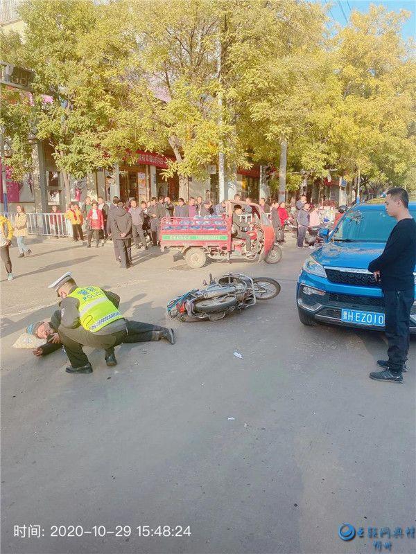 骑车不慎发生交通事故 保德交警立即开展救援
