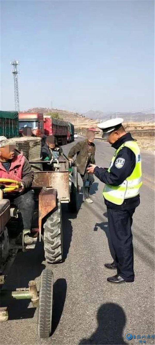 拖拉机载人危害大 五台交警及时纠违保安全