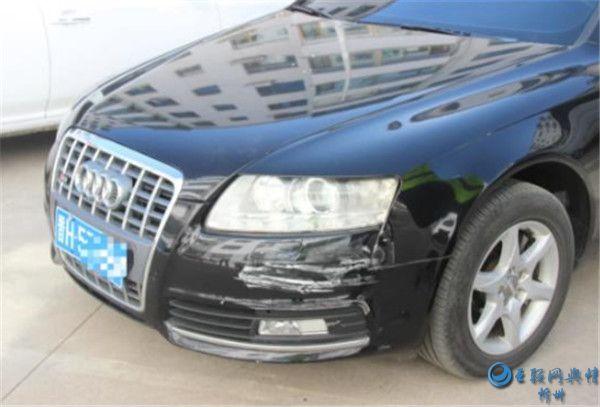 曝光:两车发生刮擦司机逃离现场 涉交通肇事逃逸被处罚