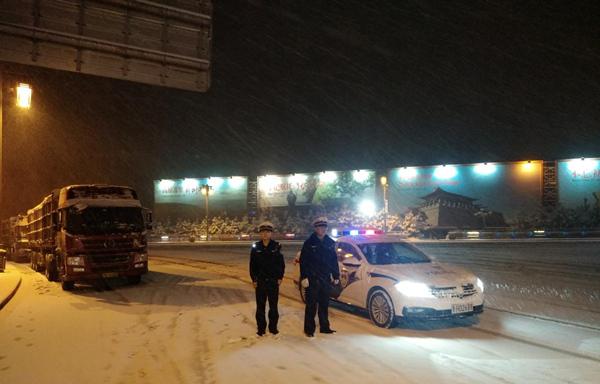 雪天全力保平安,岢岚交警始终在路上!