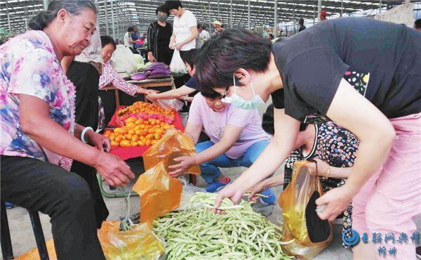 忻州城区周边农民销售自家种植的蔬菜和瓜果