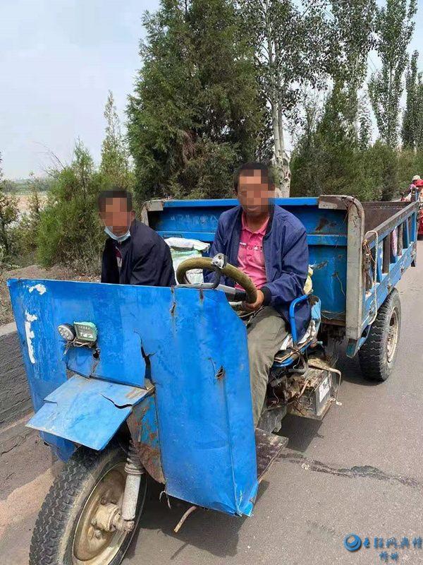 河曲交警严查三轮车违法载人维护农村交通安全