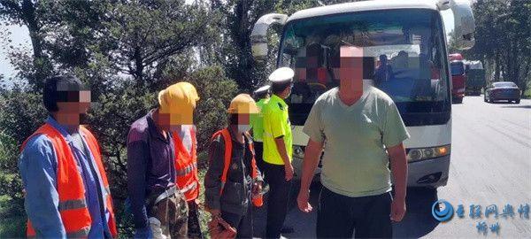 一男子驾驶中巴车实施超员违法行为被原平交警当场查获